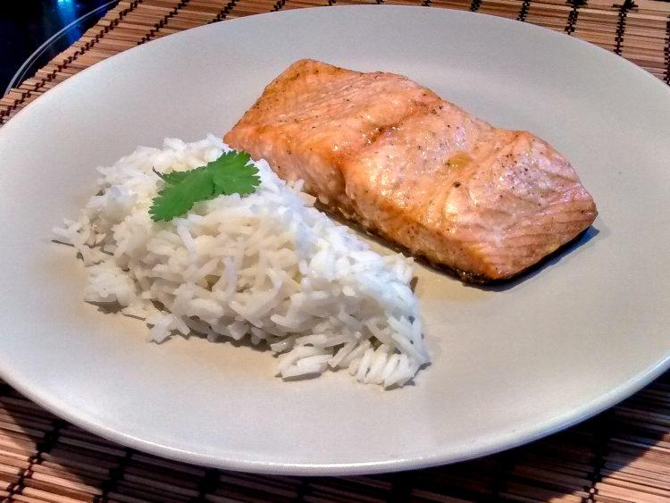 une assiette avec un morceau de saumon cuit et un peu de riz
