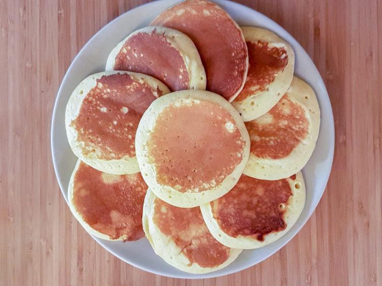 une belle assiette remplie de pancakes superposés les uns sur les autres