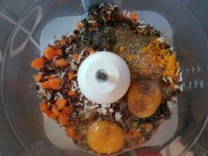 Bol du mixeur contenant tous les ingrédients des galettes avant d'être mixés