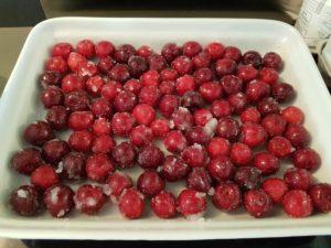 Cerises macérant dans le sucre en poudre dans un plat
