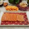 Tranches de saumon gravlax disposées dans un plat avec des accompagnements