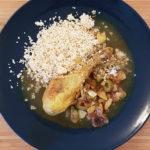 Assiette avec pilon de poulet et une sauce au citron et olives vertes accompagné de semoule