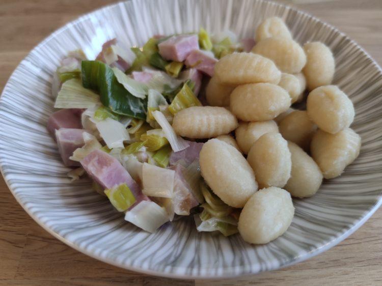 Assiette creuse avec gnocchis et fondue de poireaux au jambon fumé