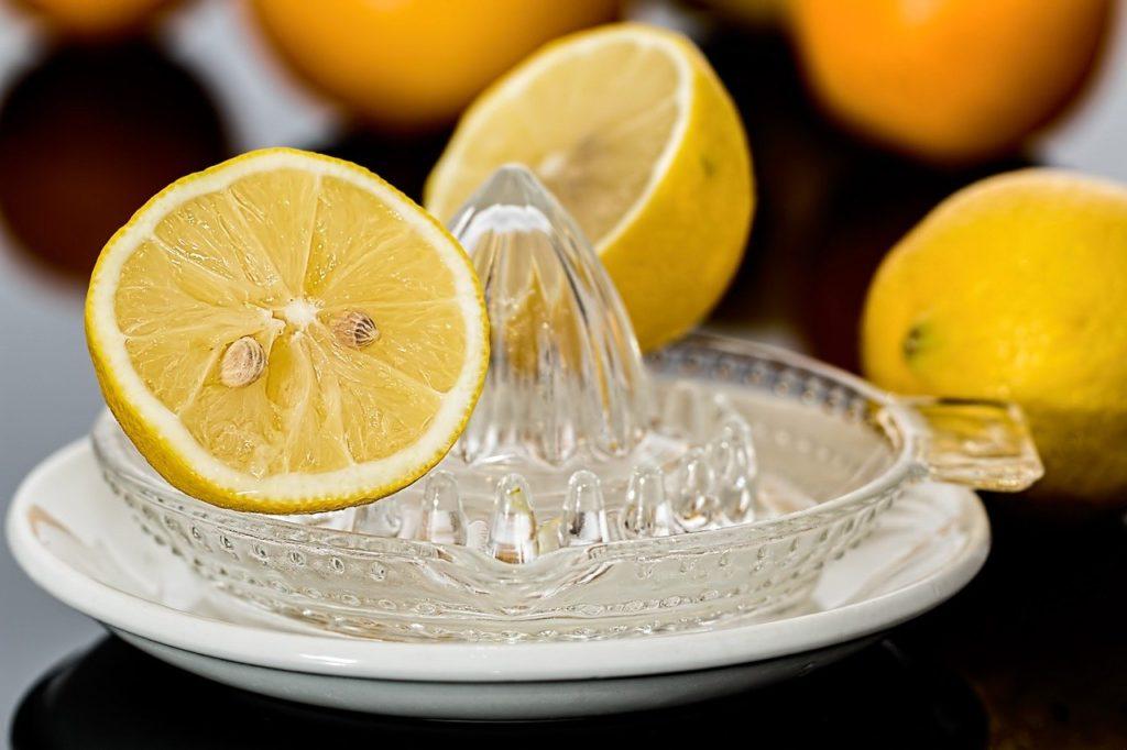 Citrons jaunes et presse agrumes