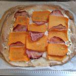 Tarte courge butternut bacon et chèvre frais cuite présentée sur une plaque de cuisson