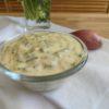 Sauce tartare légère présentée dans une coupelle transparente avec 1 échalote et des herbes fraîches