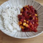 Chili sin carne et riz basmati dans une assiette creuse blanche et striée
