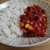 Chili sin carne présenté dans une assiette creuse